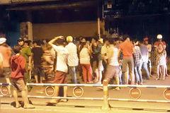 Dân vây cảnh sát khi thanh niên chạy xe máy té ngã