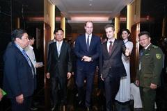 Huyền My diện áo dài đón Hoàng tử Anh