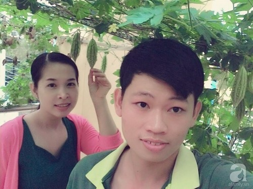Sân thượng 70m² bạt ngàn rau quả sạch của đôi vợ chồng trẻ ở Sài Gòn