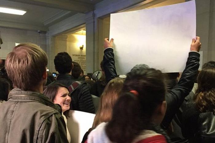 Người biểu tình tràn vào 'tòa nhà chuyển giao quyền lực' của Trump