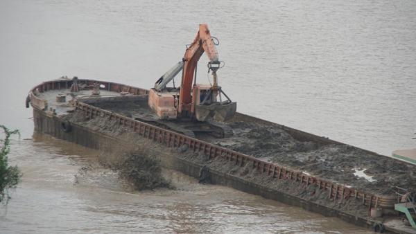 đổ chất thải xuống sông Hồng, xả thải sông Hồng, sông Hồng, Đào Thanh Hải, công an, đình chỉ
