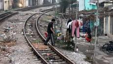 Cháu bé thoát nạn hy hữu khi bị đoàn tàu lao thẳng vào