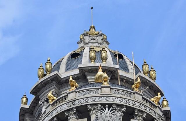 Đại gia , đồ dát vàng, Toilet dát vàng, vòi rửa tay gắn đá Saphia, cầu thang dát vàng