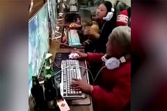 Bà ngoại nghiện game quậy tưng trong quán Net