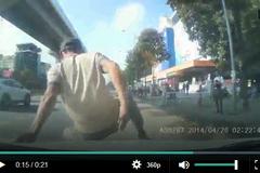 'Thánh ăn vạ' tự lao đầu vào ô tô, đòi bắt đền trên đường Hà Nội