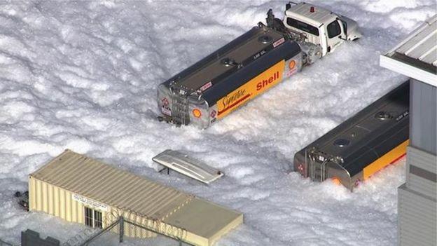 Sân bay California ngập trong biển xà phòng