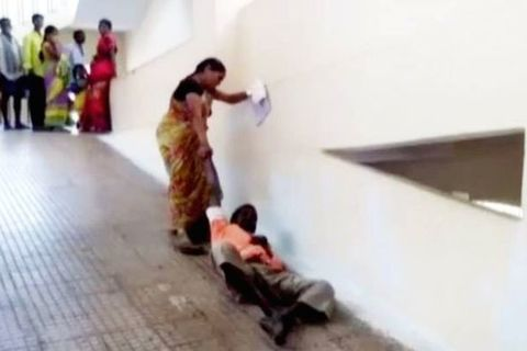 Xót xa cảnh vợ kéo lê chồng giữa bệnh viện