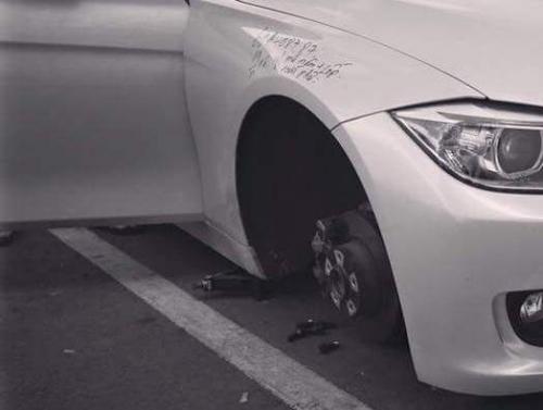 Đỗ trong bệnh viện, bánh trước xe BMW 'không cánh mà bay'