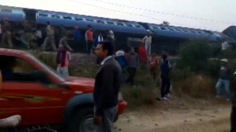 Tàu Ấn Độ trật bánh, ít nhất 100 người chết