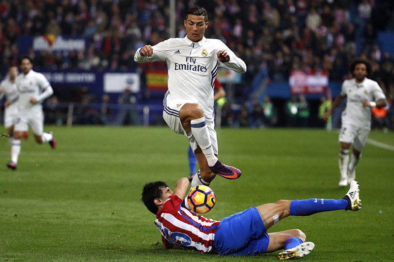 Trọng tài xử đẹp Barca và Atletico, trao luôn Cúp cho Real?