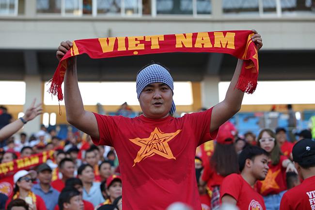 Cổ động viên Việt Nam 'đổ bộ' sân Thuwunna