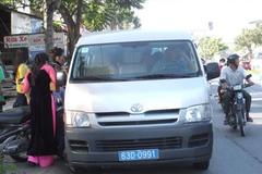 Xe rước dâu bị đập vỡ kính, cảnh sát cho mượn xe 16 chỗ