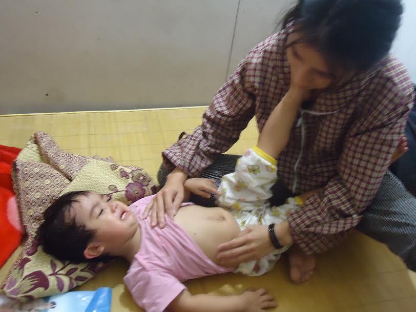 Đau đớn bé gái 2 tuổi bị nhiễm trùng máu, mắc hội chứng thận hư