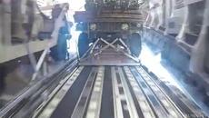 Xem Không quân Mỹ thả xe bọc thép xuống đất