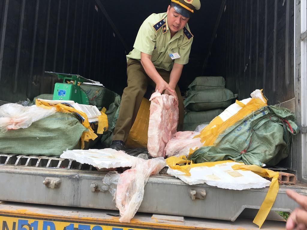 Xin 'làm luật' để chuyển 5,5 tấn thịt, mỡ bẩn