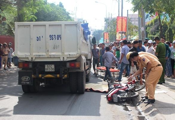 Xe bồn cán đứt chân người đàn ông ở trung tâm Sài Gòn