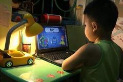 Bốn tuổi nói tiếng Anh trôi chảy vì học trực tuyến