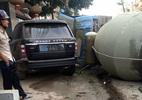 Xe bồn trôi dốc ngã ngửa vào Range Rover