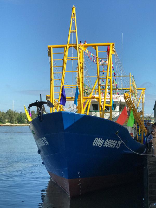 Trao tàu cá vỏ thép gần 12 tỷ cho ngư dân