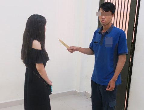 Thiếu nữ một mình chống tên cướp có dao ở Sài Gòn