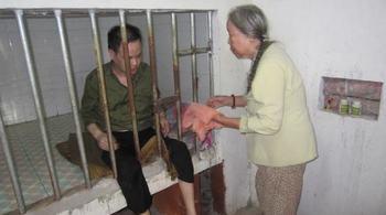 Xót xa cảnh mẹ già 72 tuổi chăm con trai bị bệnh tâm thần