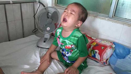 Không có tiền dùng thuốc đặc trị, cậu bé khóc cả ngày