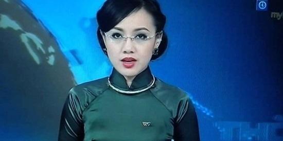 MC Hoài Anh vô tình bật cười trên sóng Thời sự trực tiếp