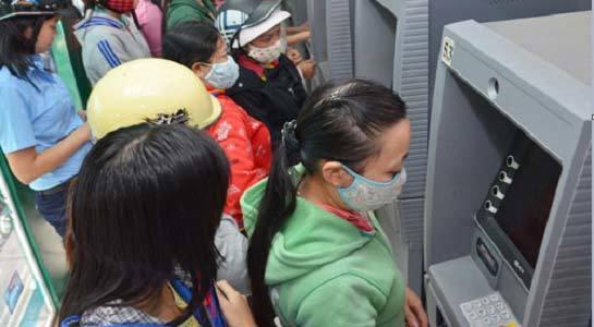 Người dân phải 'cõng' nhiều khoản phí khi dùng thẻ ATM