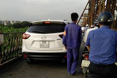 Ôtô 'mạnh dạn' leo cầu Long Biên
