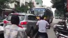 """Xe buýt chạy lấn làn bị tài xế ô tô """"dạy"""" một bài học"""