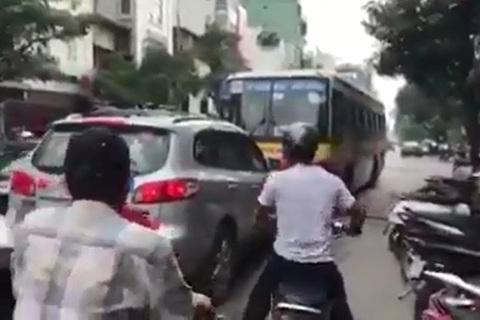 Xe buýt chạy lấn làn bị tài xế ô tô