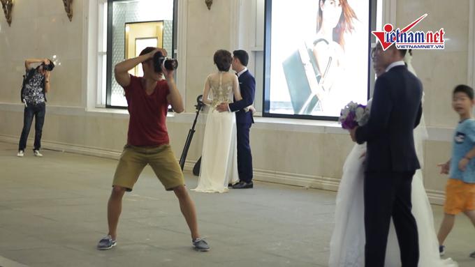 Clip: 1 mét vuông, chục đôi chen nhau chụp ảnh cưới