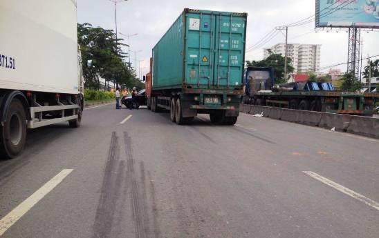 """Nữ tài xế khóc thét trong """"xế hộp"""" bị xe container kéo lê"""