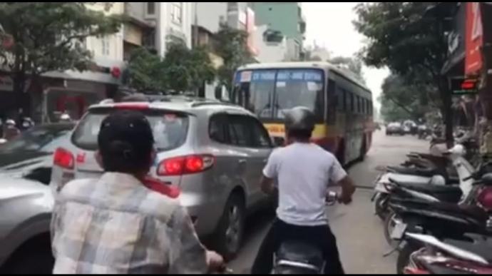 Đình chỉ lái xe buýt lấn làn, đi ngược chiều