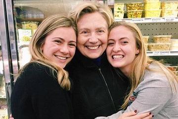 Hillary đi mua sắm, chụp 'tự sướng' với người hâm mộ
