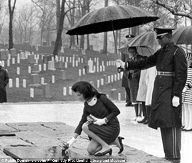 Hành động khó hiểu của bà Kennedy tại lễ tang chồng