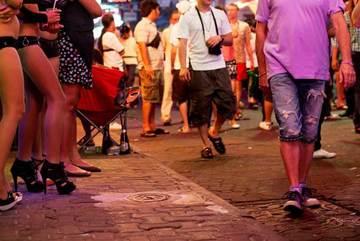 Bên trong phố đèn đỏ: Mỹ nữ bật khóc vì khách oái oăm