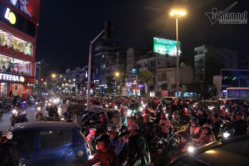Hà Nội tắc đường khắp nơi ngày Black Friday