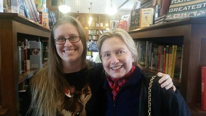 Sau thất bại tranh cử, bà Hillary đi mua sách thư giãn
