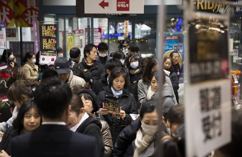 Những hình ảnh khó tin trong ngày Black Friday trên thế giới