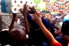Clip nóng ran ngày Black Friday, hỗn loạn tranh mua giấy vệ sinh
