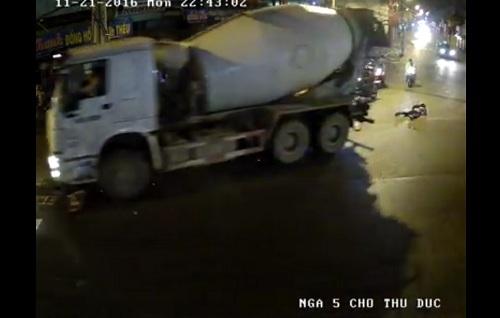 Khoảnh khắc nam sinh thoát chết dưới gầm xe bồn ở Sài Gòn