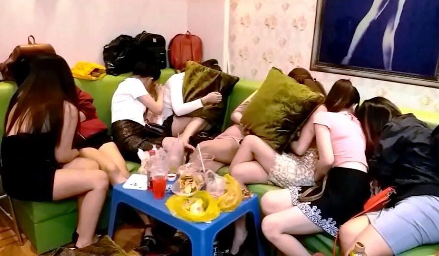 """Tiếp viên khêu gợi ngồi """"ôm"""" khách ngoại ở nhà hàng Sài Gòn"""
