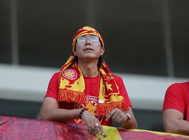 CĐV Việt Nam lặn lội gần 400km ủng hộ thầy trò Hữu Thắng