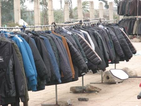 Giá lạnh tràn về, bán 600 chiếc áo phao mỗi ngày