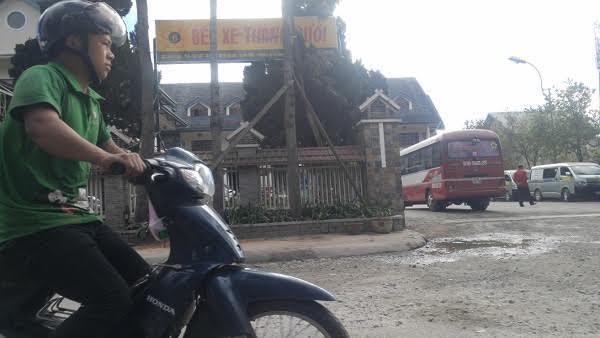 """Bến xe """"kỳ lạ"""" giữa nội đô TP Đà Lạt"""