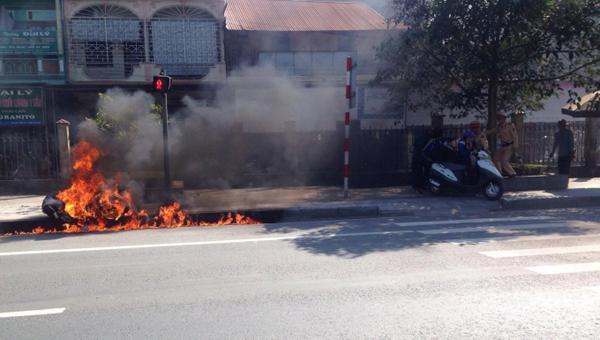 Bị CSGT phạt, nam thanh niên châm lửa đốt xe