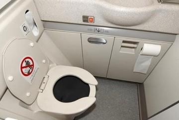 Điều gì xảy ra khi bạn giật nước trong WC máy bay?