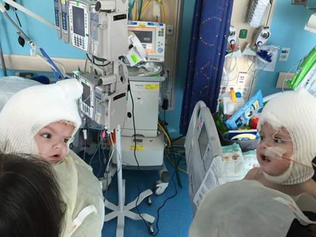Xúc động khoảnh khắc hai bé sinh đôi lần đầu nhìn thấy nhau