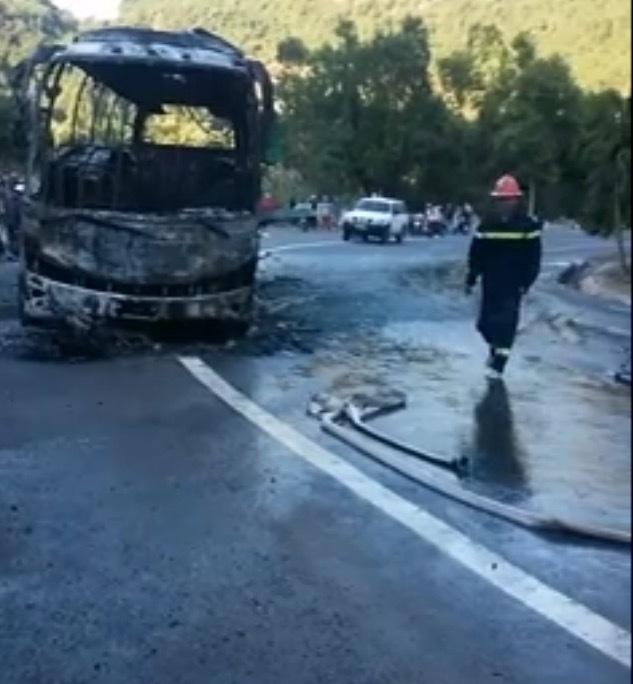 Xe khách đâm xe máy rồi bốc cháy, người Hàn Quốc tử vong